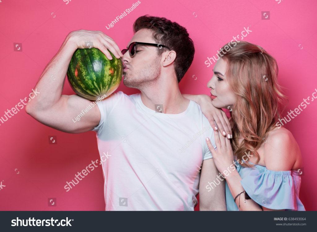Hombre besando una sandía